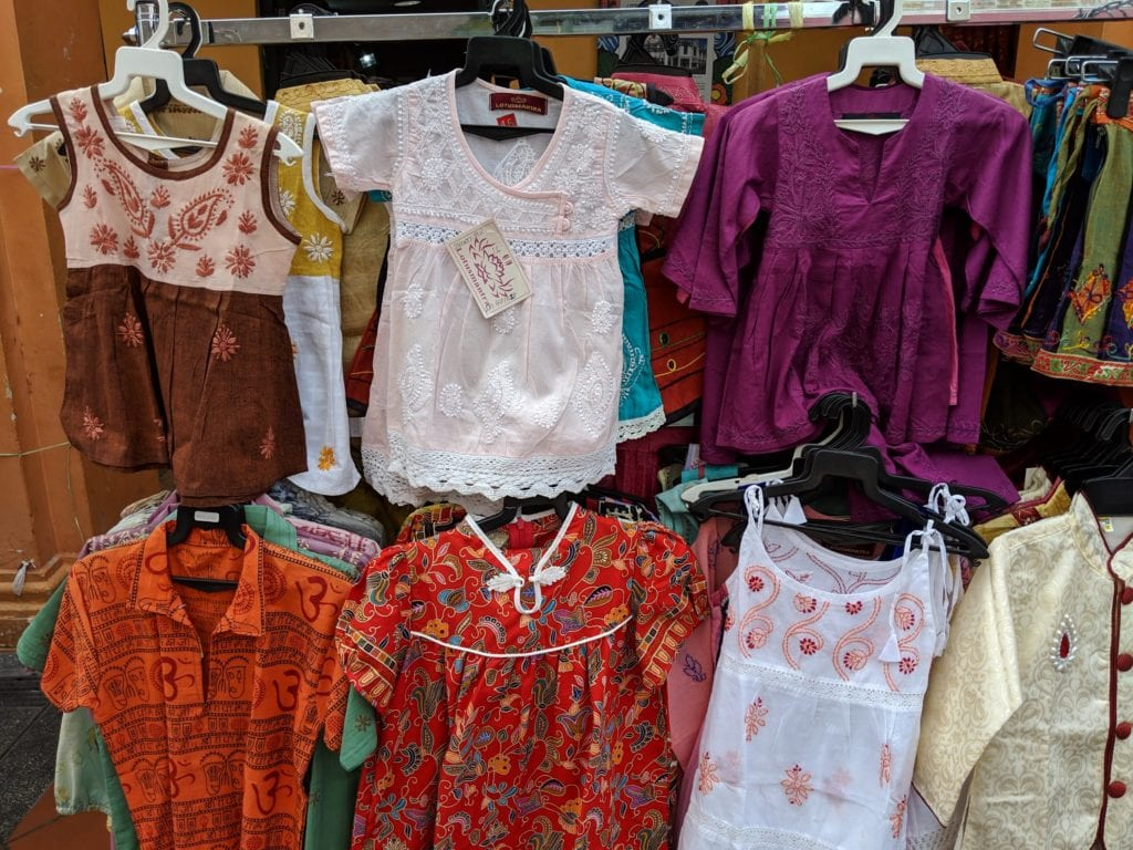 リトルインディアのストリート・子供服がかわいい